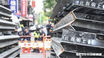 防堵反年改民眾抗議,警方青島東路出動拒馬待命。圖/記者林敬旻攝