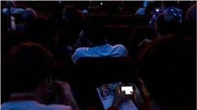 她電影院狂滑手機 遭後排爆米花砸頭 圖/翻攝自微博