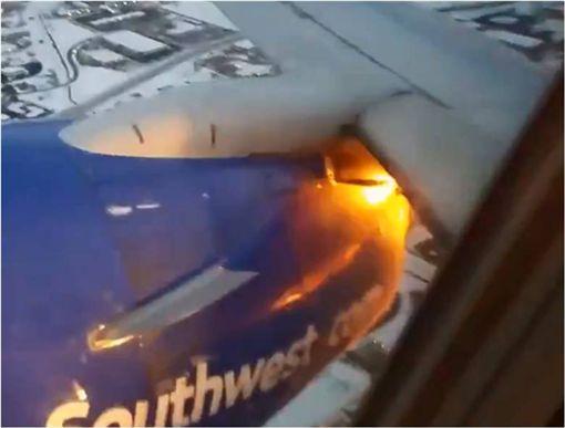 飛到一半引擎噴火…乘客嚇到牽手祈禱 圖/翻攝自推特