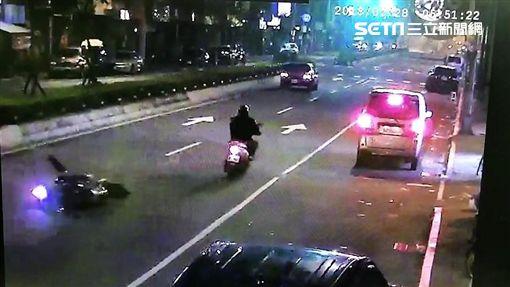 台北市萬華區大型重機追撞行人車禍現場(翻攝畫面)