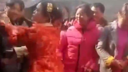 拜堂成親被逼磕頭 強國新娘氣到對男子巴頭(圖/翻攝自看看新聞的秒拍)