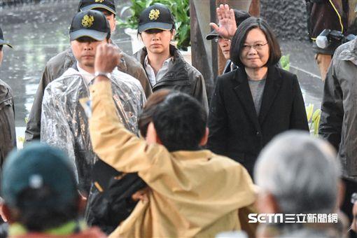 總統蔡英文出席228中樞紀念儀式,遭到民眾抗議。 圖/記者林敬旻攝