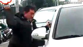 詐騙嫌犯拒捕,警方霸氣破窗逮人。