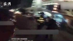 大陸四川一名員警抱著口吐白沫全身抽搐的小女孩奔向醫院(圖/翻攝自《澎湃新聞》)