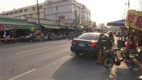 這個路口超有事!轎車迴轉撞機車 騎士噴飛摔