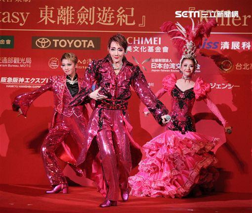 日本寶塚歌劇第三次台灣公演「東離劍遊記」,星組首席明星紅悠智露、星組首席娘役、星組禮  真琴出席記者會。(記者邱榮吉/攝影)