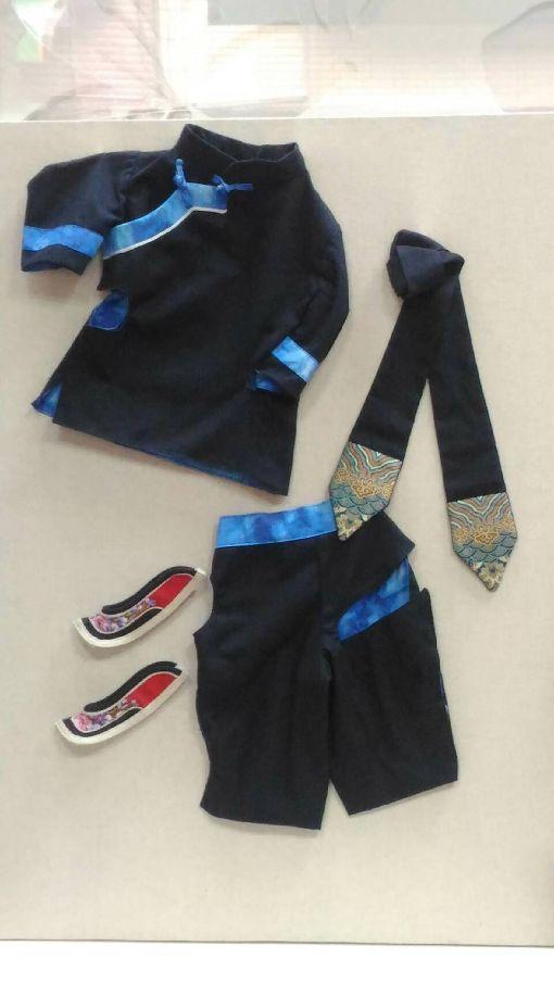 比利時尿尿小童客家裝亮相在僑團的促成下,行政院客家委員會獲邀為世界知名的比利時「尿尿小童」訂製新裝,作品運用客家「大襟衫」、「大襠褲」為概念,並配搭傳統鞋履,展現台灣客家克勤克勉的文化特質。(客委會提供)中央社記者楊淑閔傳真 107年3月2日