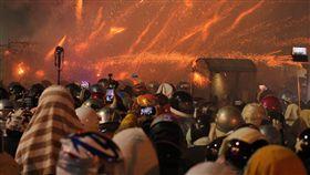 鹽水蜂炮元宵夜最高潮 全副武裝湊熱鬧台南鹽水蜂炮活動2日元宵節晚間進入施放最高峰,現場炮聲不斷,滿滿人潮共襄盛舉,同時也不忘做好安全措施,幾乎人人頭戴安全帽到場。中央社記者楊思瑞攝 107年3月2日
