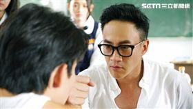 何潤東《翻牆的記憶》飾演俗辣老師。(圖/TVBS提供)