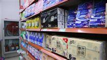 大陸衛生紙也要漲 民眾淡定沒要搶台灣民眾搶購衛生紙引來各界關注。中國大陸多家衛生紙大廠近日也傳出要調漲價格,最快3月就會反應。不過,由於紙價在大陸走揚已逾半年,消費者漸漸無感,超市中未見搶購人潮,架上衛生紙貨色齊全。中央社記者陳家倫上海攝 107年2月28日