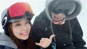 愛紗與老公周洺甫,北海道滑雪。(翻攝自臉書)