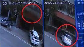 白色轎車被上方坍塌的陽台壓毀。(圖/翻攝湖南經視)