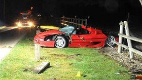 英國薩里郡一名39歲汽車保養場負責人科布登(Matthew Cobden),帶著一名13歲少年沃斯(Alexander Worth)試坐法拉利跑車兜風,不料跑車剛上路就失控撞上路邊木欄,導致沃斯慘死,而科布登則保住性命。(圖/翻攝自Express.co.uk)