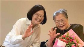 蔡英文與母親張金鳳(圖/翻攝自蔡英文臉書)