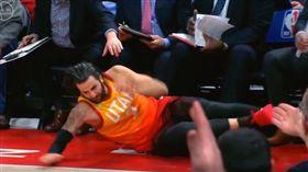 Ricky Rubio跌進板凳席(圖/翻攝自YouTube)