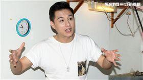 鄭人碩為主演的電影「上岸的魚」宣傳親自包水煎包。(記者邱榮吉/攝影)