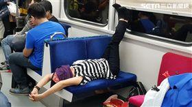 搭區間車…阿姨矇眼「超狂體位」霸位 脫鞋L字睡覺被罵翻 圖/Cheng Hsien Suen授權提供
