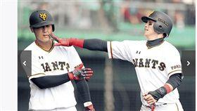 ▲讀賣巨人台灣選手陽岱鋼(右)與隊友岡本和真開玩笑。(資料照/截自日本媒體)
