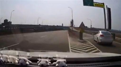 駕駛,擋車,逼車,閃避,時間差,爆笑公社 圖/翻攝自臉書爆笑公社