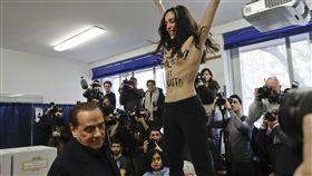 義大利前總理貝魯斯柯尼投票 上空女權主義者鬧場 圖/美聯社/達志影像