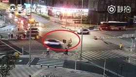 大陸深圳一名尹姓外送快遞員闖紅燈,被直行的計程車撞上,不料計程車失控衝上安全島,導致3名等紅燈的路人上受傷,其中一名廖姓男子不幸身亡,而廖男就是尹男的同事。尹男憶起當時狀況崩潰大哭,後悔莫及。目前警方持續調查事故中。