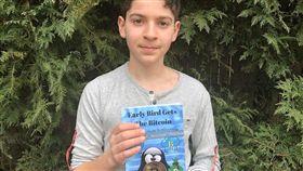美國一名11歲男童安德魯柯瑞(Andrew Courey),小小年紀就成為比特幣專家, 他計畫在14歲前賺進2000萬美元(約新台幣6億元),而他父母也同意他達成目標後,可以就不用升學。柯瑞在今年1月統整比特幣和區塊鏈等相關知識,成功出了一本書,為目標更進一步。(圖/翻攝自推特)