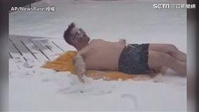 英國男裸身「日光浴」 扭腰擺臀不怕冷