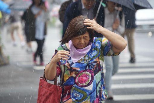 上午各地偏暖 午後陣雨氣溫降中央氣象局表示,5日上午各地偏暖,午後鋒面逐漸通過台灣,中部以北、東半部及南部山區將轉為陣雨或雷雨天氣。台北市午後下起大雨,過馬路的民眾加快腳步倉皇避雨。中央社記者吳翊寧攝 107年3月5日
