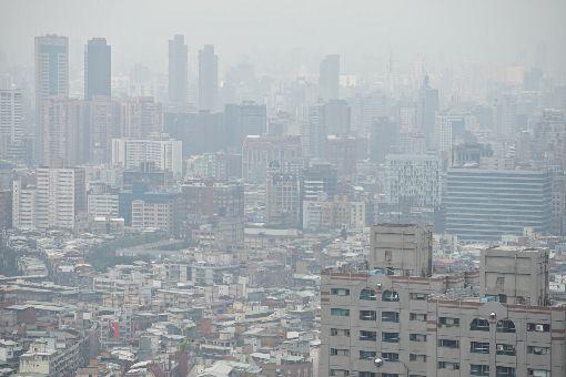 環保署:估計晚間空氣品質恢復(2)近日全台西半部地區空氣品質拉警報,5日下午遠眺大台北地區仍是一片霧濛,不過環保署空氣品質保護及噪音管制處長蔡鴻德5日表示,污染物因風向影響,已逐漸往北部外海移動,估計晚間空氣品質就能恢復。中央社記者吳翊寧攝 107年3月5日