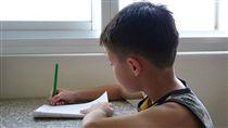 寫作業,暑假,功課,補習,小朋友,小學生,上學,寫字(圖/Pixabay)