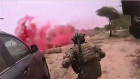 巡邏遇50名IS伏擊…美軍4美軍綠扁帽倒地亡 頭盔視角曝光 翻攝《CBS News》
