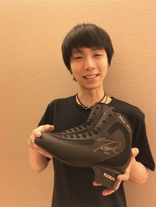 ▲羽生結弦拿出自己的戰靴拍賣做公益。(圖/翻攝自日本奇摩拍賣)