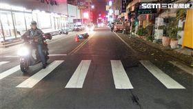 嘉義市1名陳姓機車騎士,騎車行經十字路口時,不慎撞上過馬路的何姓老翁(翻攝畫面)