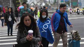 北台灣氣溫降(1)中央氣象局表示,受東北季風影響,6日全台天氣不穩定,北台灣清晨低溫約攝氏15、16度,白天高溫也只有20度上下,台北市民眾上午穿上保暖衣物禦寒。中央社記者張新偉攝 107年3月6日