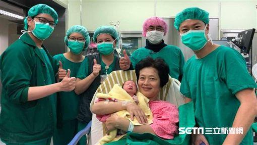 高齡62歲的吳女士在長庚婦產科團隊努力下以自然產方式順利產下一名男嬰。(圖/長庚醫院醫師蕭勝文提供)
