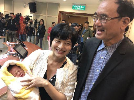 62歲婦產子 全台自然產最高齡(2)今年62歲的吳女士(前左)去年經人工生殖順利懷孕,2月底產下一名男嬰,與36歲的大女兒同月同日生,創下台灣自然產孕婦最高齡紀錄。中央社記者張茗喧攝 107年3月7日