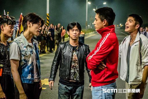 顏正國(右)參與《鬥魚》電影版特別演出,左為邱宇辰。(圖:多曼尼提供)
