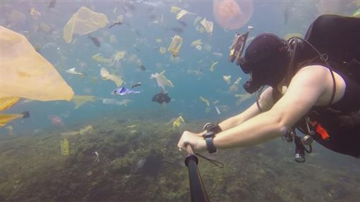 英國潛水員沃納(Rich Horner)潛入帕尼達島(Nusa Penida)驚見垃圾海(圖/翻攝自YouTube)