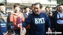 前總統馬英九前往興隆市場拜年發春聯紅包。 圖/記者林敬旻攝