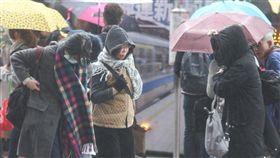冷氣團報到  台北街頭又濕又冷(2)鋒面通過,強烈大陸冷氣團報到,台北市街頭8日早上下雨氣溫偏低,不少人圍著圍巾穿著外套出門。中央社記者謝佳璋攝  107年3月8日