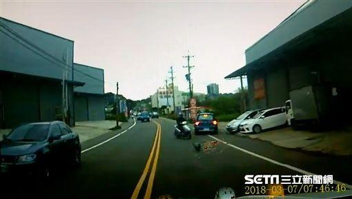 大力按碟煞…機車失控撞電線桿 女騎士安全帽飛出爆頭亡圖/翻攝畫面