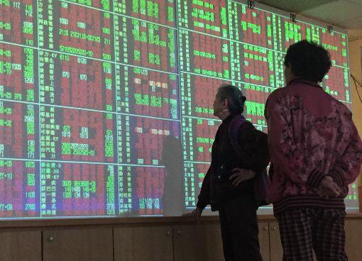 台股盤中一度大漲百點受到美股從市場擔憂貿易戰的陰霾中走出,8日台股盤中一度大漲百點。中央社記者董俊志攝  107年3月8日