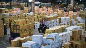 台北果菜到貨正常  可望價量穩定台北果菜批發市場休市3天到7日為止,晚間蔬果持續到貨,農委會農糧署預估8日蔬菜交易量將在2500公噸左右,交易均價可望維持每公斤新台幣18元以上。中央社記者孫仲達攝 107年3月8日-果菜市場-大盤-盤商-中盤-