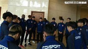 ▲航源FC總教練洪慶懷在離開澳門之前向球員精神喊話。(圖/記者林辰彥攝影)