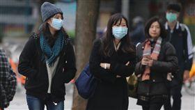 冷氣團發威中央氣象局指出,6日受到大陸冷氣團影響,清晨是此波冷氣團氣溫最低的時候,北台灣低溫約在攝氏13至14度。中央社記者徐肇昌攝  106年12月6日