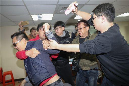 抗議者闖獨派記者會 蔡丁貴被噴灑生髮劑獨派團體9日在台灣北社舉行「慈湖潑漆暨遭拘提暨相關言論遭封殺」記者會,有抗議者(中)闖入會場,朝自由台灣黨主席蔡丁貴(右)噴灑生髮劑。中央社記者裴禛攝 107年3月9日 ID-1275268