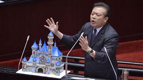 立委捧城堡模型質詢民進黨立委蘇震清(圖)9日在立法院質詢時,拿出城堡模型表示,高鐵及高捷延伸到屏東,這樣外資才會來投資。中央社記者孫仲達攝  107年3月9日