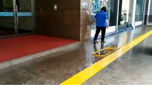 台北,南京東路,砍人,人行道,手機,糾紛,債務,監視器(圖/翻攝畫面)