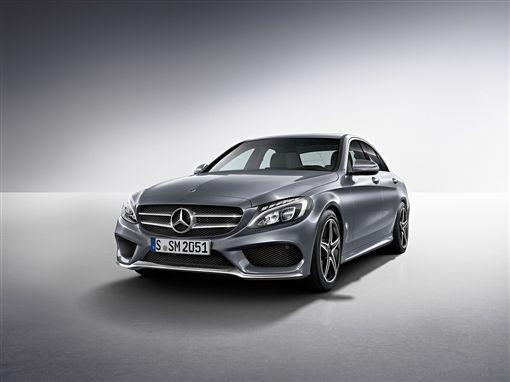 17/17與17/18 年式C-Class 車系有一年乙式保險含 100 萬零件險以及四年保養套裝提供。(圖/Mercedes-Benz提供)