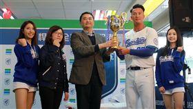 20180309 全家林志清副本部長致贈冠軍獎盃,祝福富邦悍將奪下總冠軍。